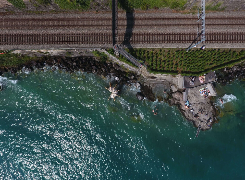 bird view of the the lavaux where can be seen the lake and the pavilion