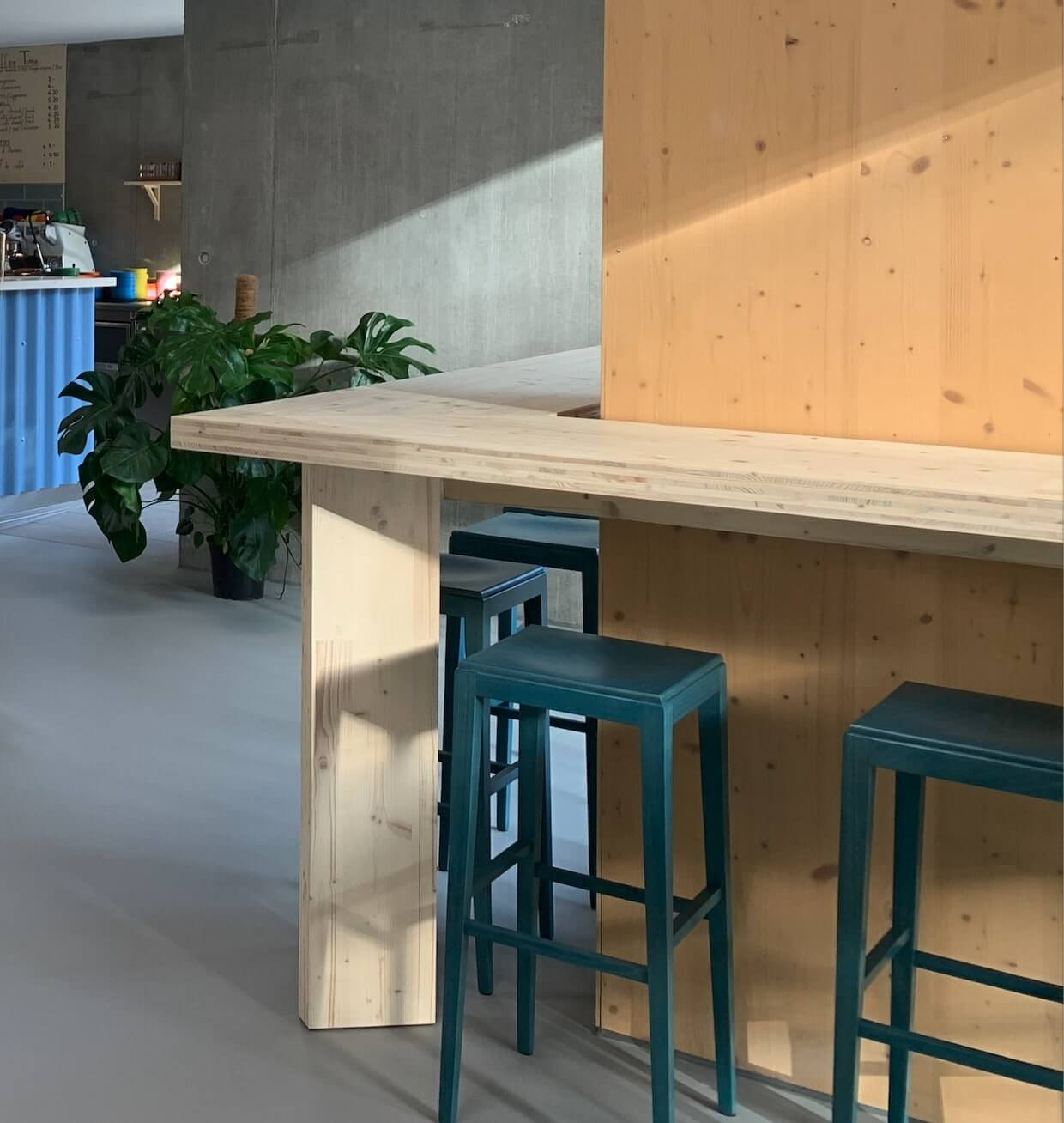 the wood counter has a design which integrates the architecture of the restaurant