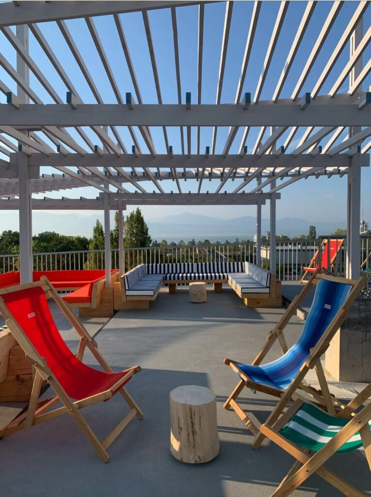 the space created by the pergola enable clients to enjoy the beach atmosphere on the couch