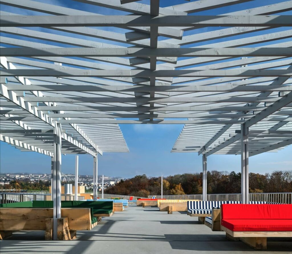 the space created by the structure under the pergola is unique